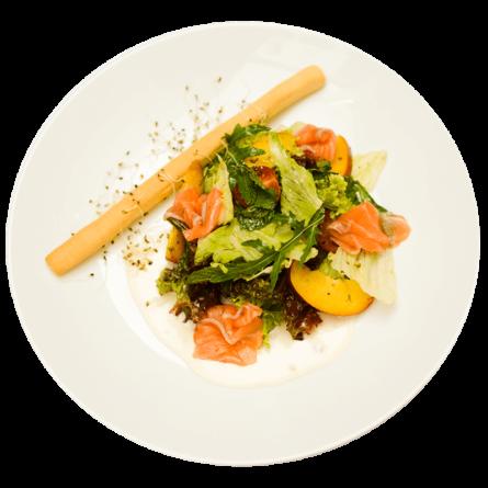 Салат з лососем та персиком