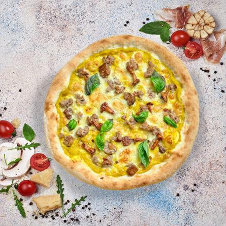 Піца з гарбузовим кремом, лисичками, білими грибами та сальсічею